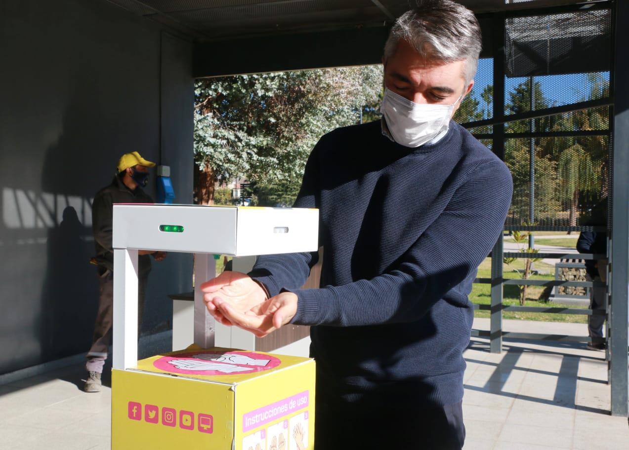 El Intendente Bragagnolo utilizando los nuevos sanitizantes