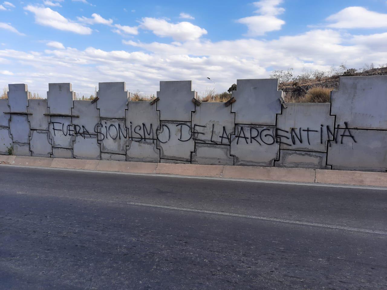 La Municipalidad denunció pintadas discriminatorias