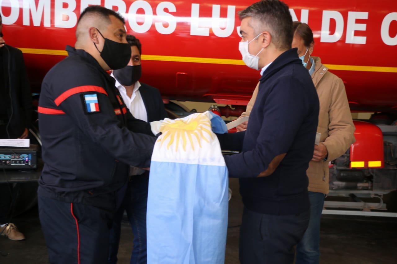 Bragagnolo le entrega al Comandate General del Cuartel, una Bandera Nacional.