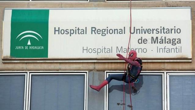 spiderman-descendiendo-por-la-pared-del-hospital-materno-de-malagar_d220-336